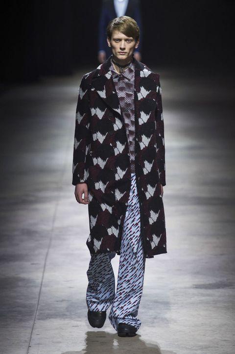 <p>像是沈思者側面托腮的印花大衣,寬鬆剪裁只要運用同個色系,即便是不同圖案的多重穿搭,也能輕鬆有型。</p>