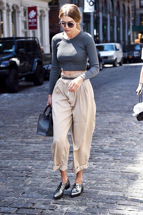 <p>Cropped Top改搭Over-sized長褲,聰明運用皮帶和捲上褲管,上下呼應的灰色系,完全是都會女子休閒優雅模樣的典範。</p>