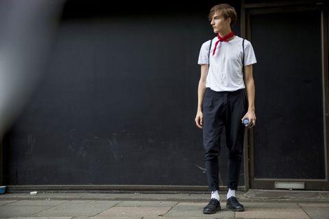 <p>以九分哈倫褲、白長襪和紅色絲巾,清新的氣息營造出時下最流行的文青風格。</p>