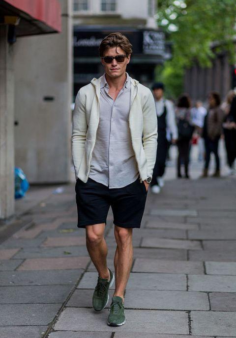 <p>襯衫配上膝上卡其短褲,罩上連帽外套,利用休閒單品解放襯衫給人的拘束感。</p>