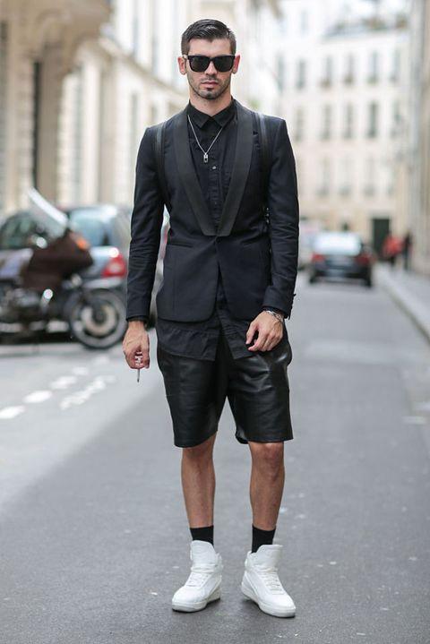 <p>全黑西裝下身改穿皮質短褲,配上高筒白色布鞋,異材質和長度比例的調整,誰說西裝只能紳士稱霸街頭?</p>