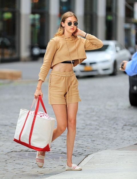 <p>Cropped Top可說是Gigi Hadid的拿手絕活,難以駕馭的駝色運動套裝,戴上金框墨鏡,為整體造型下了復古風的註解。</p>