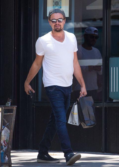 <p>        簡約的白色V領T-shirt搭上牛仔褲與帆布鞋,微亂的鬍子加上帽子與墨鏡的搭配,讓私下率性的休閒穿著也能散發低調魅力。</p>