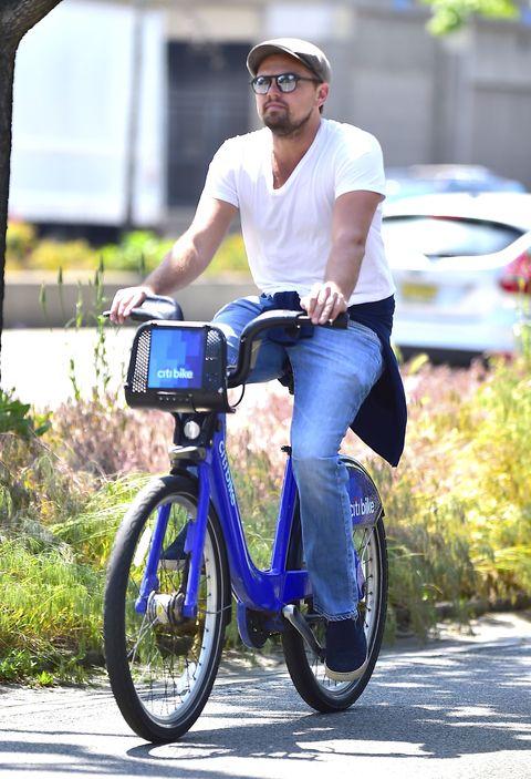 <p>          私下一貫的簡約穿搭,腰部隨意的綁著襯衫並腳踩懶人平底鞋,騎著腳踏車的他看起來有著微妙可愛的衝突感。  </p>