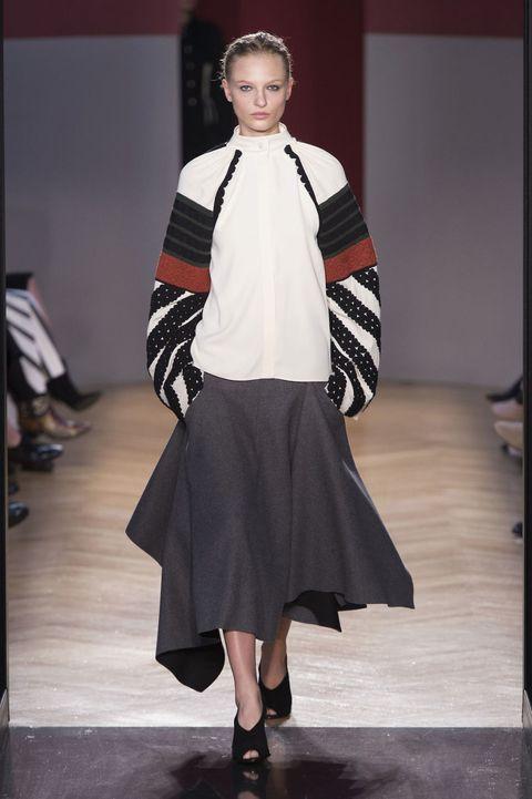 <p>結合摩洛哥元素和軍裝風格的Sportmax,黑白灰搭上軍綠和橘褐色,有濃濃的異國風情,小立領和裙襬剪裁,卻讓整體極為簡潔明鍊。</p>