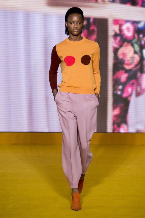 <p>Paul Smith最擅長將平凡的穿搭展現出不凡的一面。胸前的圓圈和手臂色塊,和不同色的鞋子正是英式幽默的實例,摩登舒適的穿搭也能為無彩度的秋冬注入暖色活力。</p>