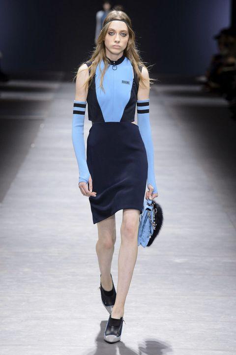 <p>有鑒於春夏的大尺度狂野,Versace在秋冬收斂了幾分,將運動元素結合皮革為出發點。以亮度高的淺藍色配合時尚接受度最高的黑,打造高飽和且乾淨的視覺效果。</p>