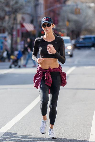 <p>在所有運動中,最方便簡單的就屬慢跑了,不用任何專業器材,只要套雙跑鞋就能輕鬆開始;覺得跑步機索然無味的話,不妨學Karlie Kloss走出戶外,揮汗的同時還能飽覽街道風景。而在戶外運動絕不能忘了防曬,戴上棒球帽與墨鏡,不僅能遮陽,還能幫妳的運動造型加分,何樂不為。</p>