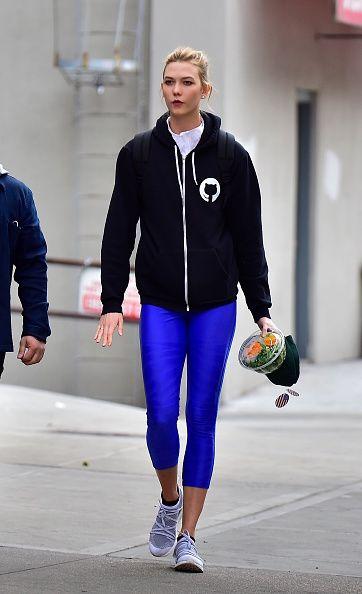 <p>一件休閒的連帽外套是運動必備,亮眼的寶藍色Leggings給人朝氣十足的活力印象,吸睛度滿分。</p>