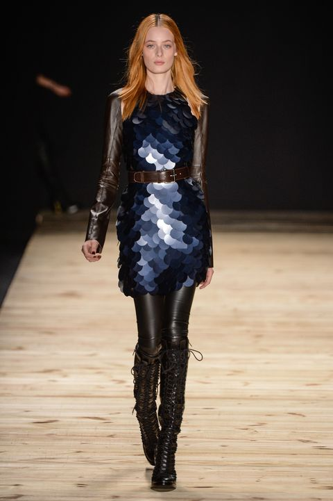 <p>Tufi Duek以繁複而精美的設計著稱,魚鱗光澤感的亮片洋裝,隨著燈光閃閃動人。</p>
