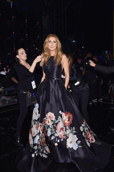 <p>過往舞台裝大多都選擇亮片禮服的她,卻在2015年的美國音樂獎上有別以往穿了一件Elie Saab的印花禮服。濃烈的黑與鮮花的明亮產生對比,沈穩之中帶有優雅大方。  </p>