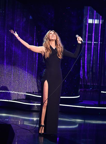 <p>憑藉著身高優勢,「露一腿」的開高岔禮服也是她常見的舞台服裝選擇。這套禮服除了讓她露出修長美腿,長袖與無袖的對比設計也在氣勢上更增添了一筆。</p>
