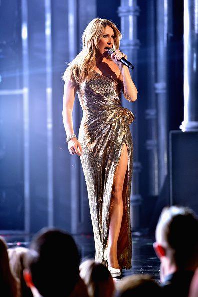 <p>單肩與開高岔再度組合出擊!2016 Billboard大獎上她以一襲閃亮的金色禮服站上大舞台,Valentin Yudashkin禮服的單肩設計搭配腰間的綁帶,塑造出了女神般的華麗與隆重,與Celine Dion的天后形象完美吻合。  </p>