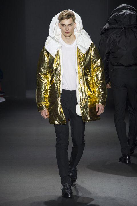 <p>金色金屬感羽絨大衣簡單、大方,大膽的設計具有未來感的王者風範。</p>