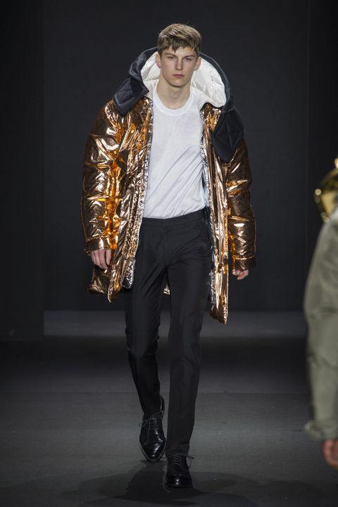 <p>醒目的銅色羽絨大衣,少了霸氣卻多了一分奢華,在未來世界也能耀眼奪目。</p>