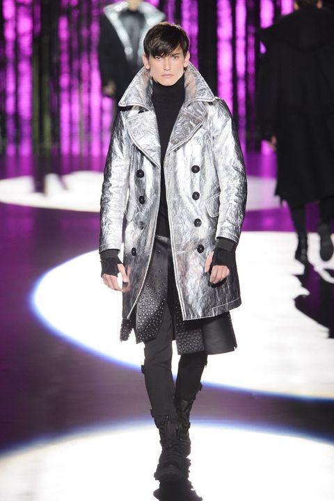 <p>皺摺金屬感大衣與黑色鉚釘的裙襬,利用單色調和未來感未來感材質,打造科幻風格。</p>