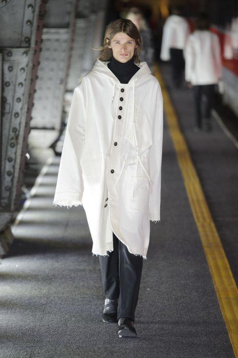 <p>白色連帽外套抽鬚的收尾設計和不規則排列鈕扣,即便是oversize也要精心構思。</p>