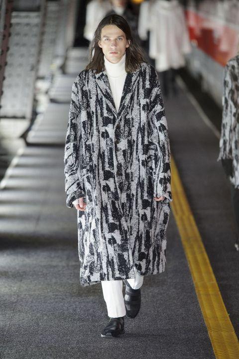 <p>繁複的刷紋印花大衣,不僅極具時尚品味,隨便一穿就有型有款、造型滿分!</p>