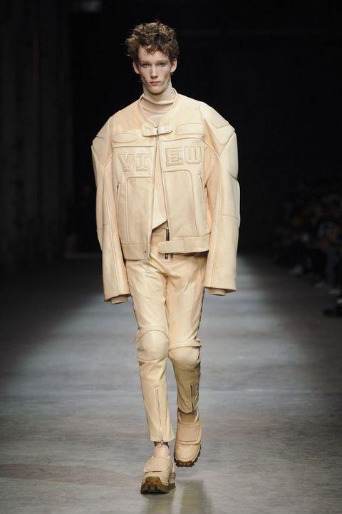<p>本季以賽車服作為設計概念,裸膚色皮革的整體造型,給人強烈印象。</p>
