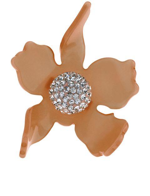 <p>裸色花朵水晶戒,約NT4,800,Lele Sadoughi at Avenue 32。</p>