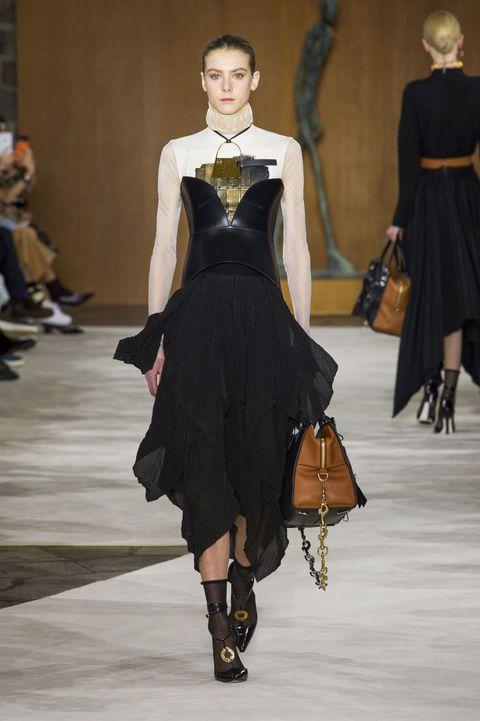<p>硬式皮革的黑色馬甲,衝撞出前衛衝突的女性身材線條,搭配上浪漫女神風的裙子、衣服上的金屬壓圖,激盪出柔和的個性美。  </p>