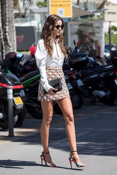 Eyewear, Leg, Human leg, Sunglasses, High heels, Street, Bag, Sandal, Fashion accessory, Fender,