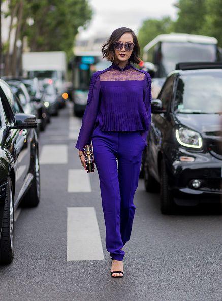 <p>          一身來自Elie Saab的紫羅蘭色上衣和褲子,目光集中在胸前鎖骨那蕾絲透膚的設計,巧妙地展露出女性最性感的部位,色彩繽紛的珍珠裝飾手拿包也是另一個吸睛焦點。  </p>