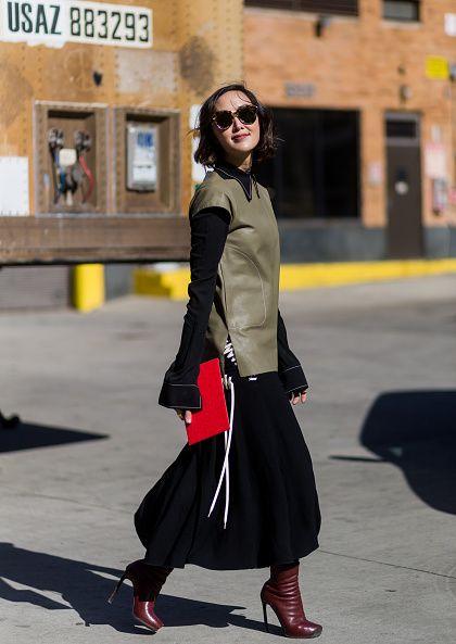 <p>          黑色長袖襯衫和短袖墨綠色皮革的混搭,看起來完全不衝突,反而碰撞出一種時髦新滋味,搭配上搶眼的紅色手拿包,有畫龍點睛的效果,在優雅中表現自信之美。  </p>