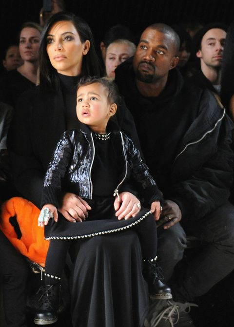 "<p>Kardasian家族也是時尚愛好者,Kim Kardashian和老公Kanye West<span class=""redactor-invisible-space"">、寶貝女兒North West一起觀賞Alexander Wang大秀,看得目不轉睛!</span></p>"