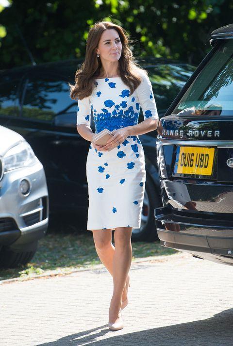 <p>一襲白色洋裝訪視護理中心,藍色罌粟花從腰間擴散到全身,為純白色點綴上雅緻,搭配裸色高跟鞋,從頭到腳流露她的溫柔。  </p>