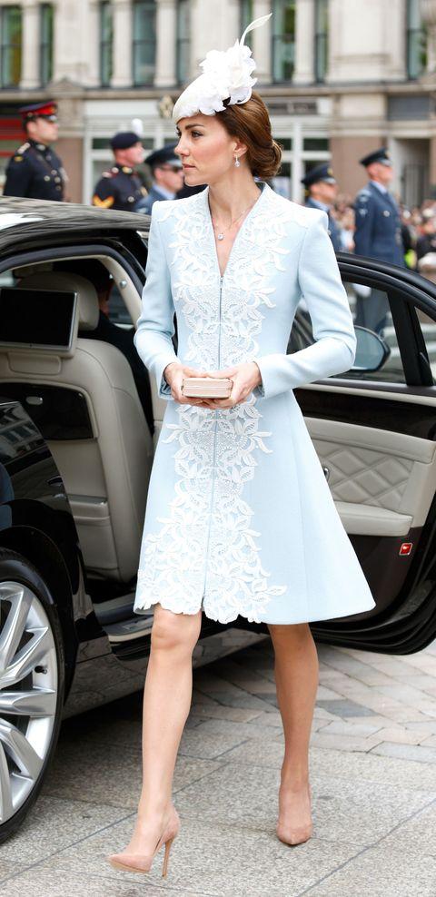 <p>黛安娜王妃生前最鍾愛的設計師Catherine Walker,沿襲到她身上,雖然人不同但卻微妙帶出相同氛圍,可說是皇室最佳風範。出席女王伊莉莎白二世90歲生日活動時,白色蕾絲點綴在天藍色洋裝上,肩膀堅挺的設計,微微展露公爵夫人的氣勢,完整呈現柔美並存的氣質。</p>