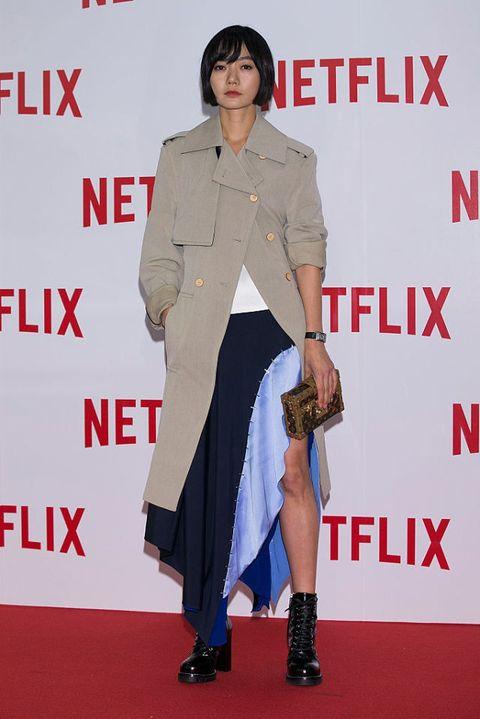 <p>一身帥氣風衣搭配高跟軍靴,不僅拉長身形比例更展現俐落風格,不規則剪裁的色塊拼接裙,在一身率性裝扮中帶來些許趣味。</p>