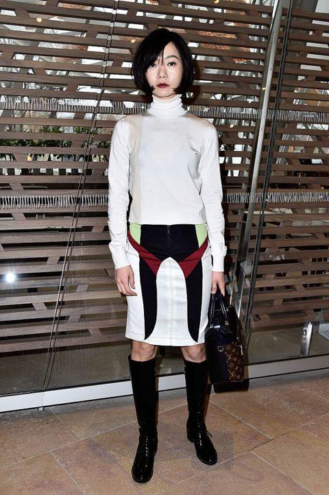 <p>帶有光澤感的高領毛衣揉合復古與未來感,展現Nicolas Ghesquière的拿手風格,酒紅唇色與裙上的拼接圖樣相互呼應,完整了一身個性裝束。</p>