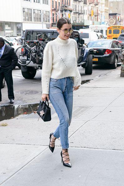 <p>清爽的白色毛衣透過鏤空增添細節,簡單加上牛仔褲和綁帶高跟鞋,呈現休閒中的優雅。</p>