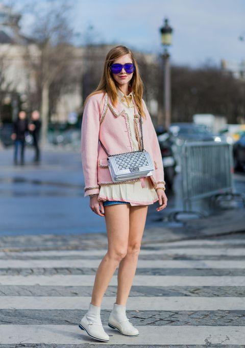 <p>          別以為她只是鮮豔色彩搭配專家,淡淡的粉紅搭上米白的上衣,展現清新甜美的一面,再利用銀色Chanel點亮全身,一點也不無聊。  </p>