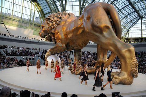 <p>幾近佔據廣場的獅子雕塑,氣勢萬鈞如同身歷其境,鮮紅色的服飾彷彿獅子與身俱來的自信與風采。</p>