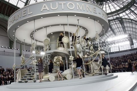 <p>2009年秋冬系列Chanel將旋轉木馬搬上伸展台,銀白色的場景佈置帶著童話夢幻氛圍。</p>