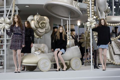 <p>模特兒們或坐或站,圍繞著旋轉木馬,帶點奢華、奇幻色彩引人目光。<span></span></p>