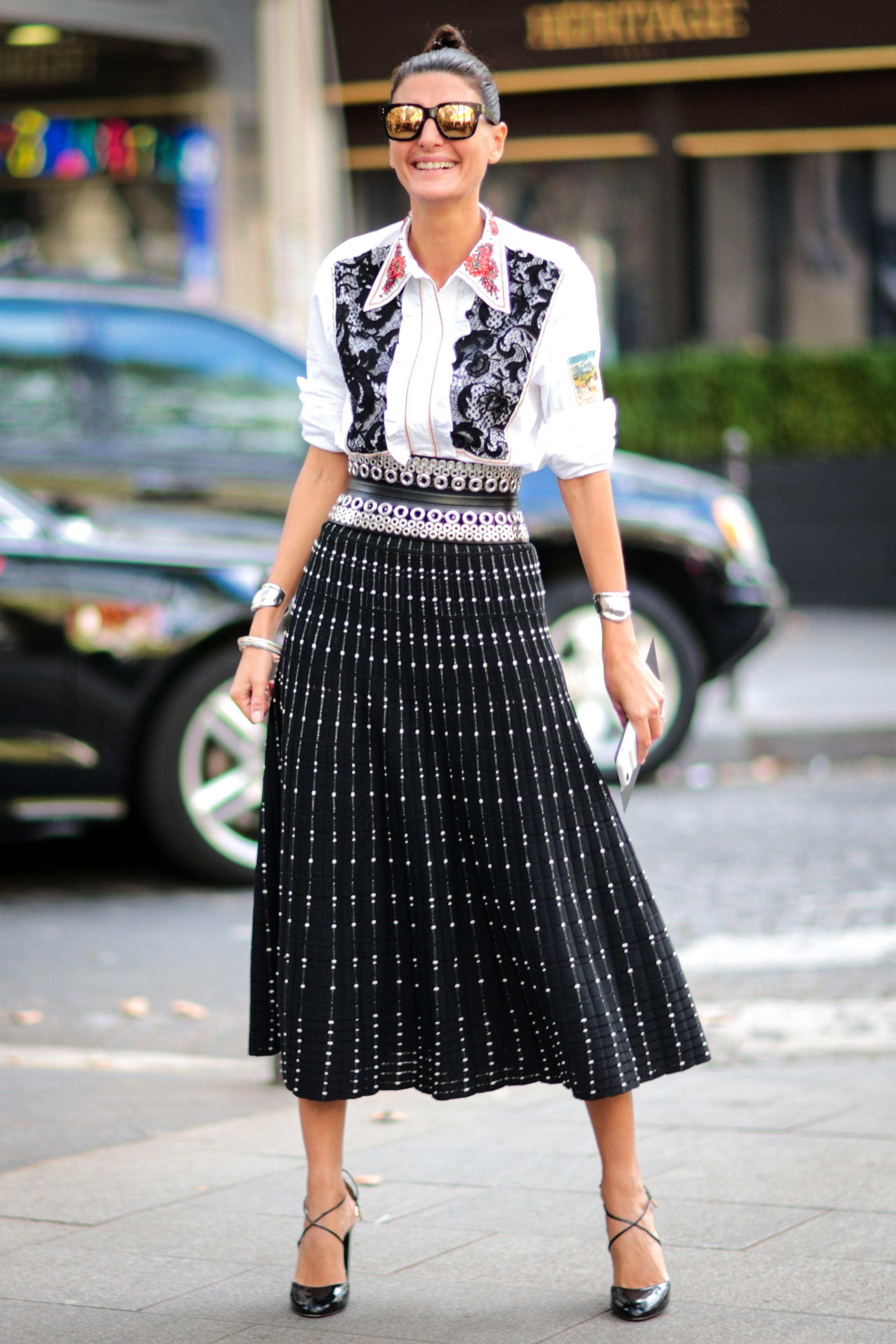 <p>帶有立體雕紋裝飾的黑色百褶裙,呼應襯衫上的蕾絲細節與皮革環扣腰帶,整體造型完美到位!</p>
