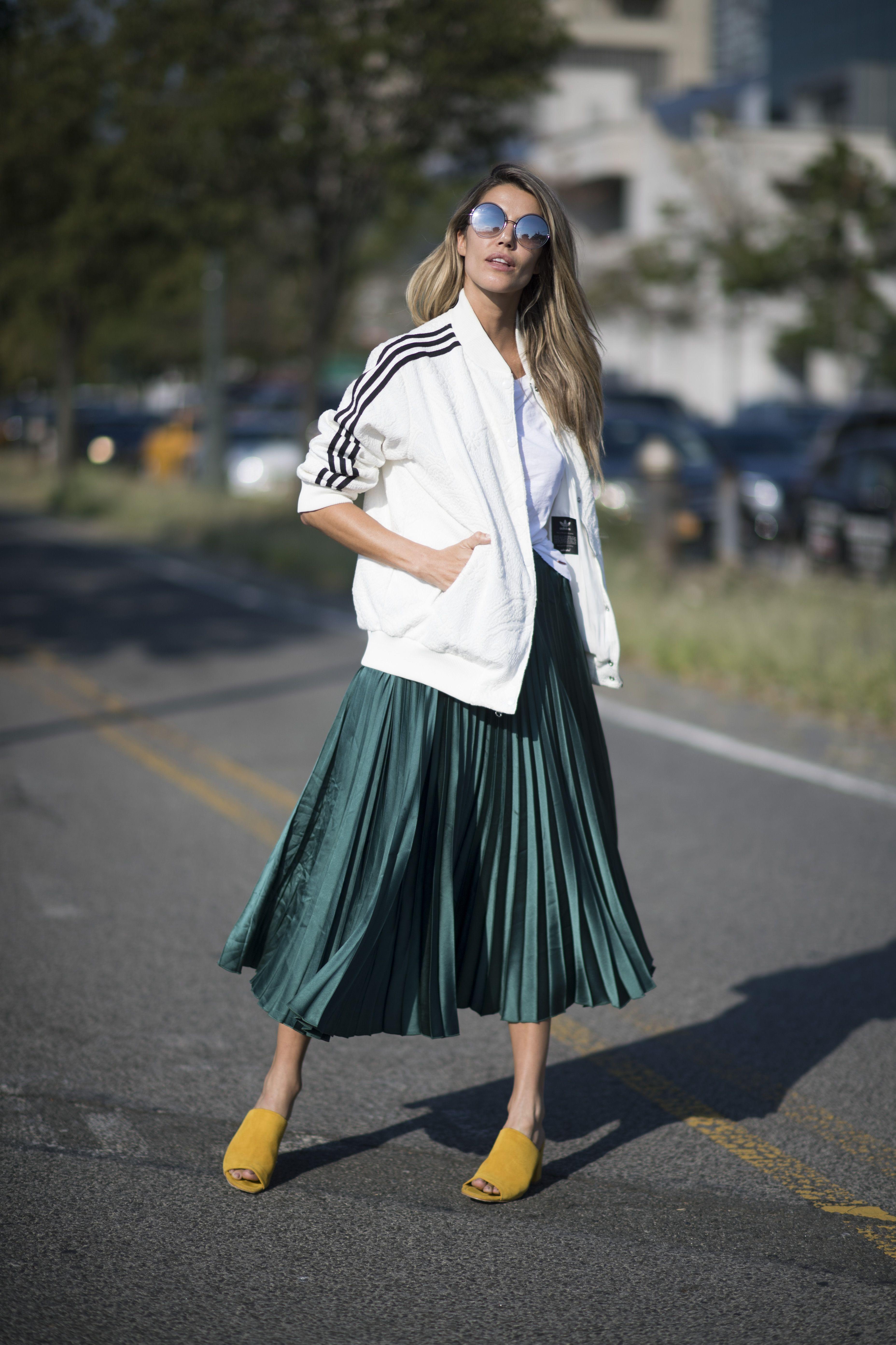 <p>象徵優雅、浪漫的百褶裙,不妨試試穿上運動外套,強烈的氛圍對比,似乎也別有一番風情。</p>