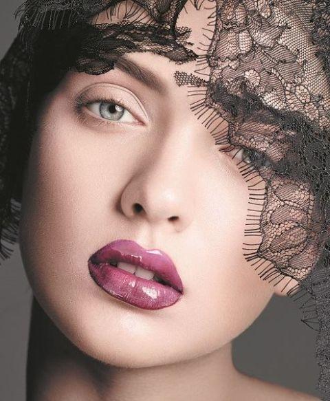 <p><span>在高調的紅彩中融入神秘紫調,創作出鮮明而璀璨的唇效,對比純淨眼妝,展現恰到好處的微醺性感。</span><br></p>