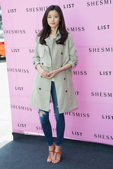 "<p>          Shesiss的風衣是都會女性的絕佳單品,舉手頭足俐落瀟灑,紅色高跟鞋則為中性打扮帶來一股女人味,與粉紅唇色相呼應。  <span class=""redactor-invisible-space""></span></p>"