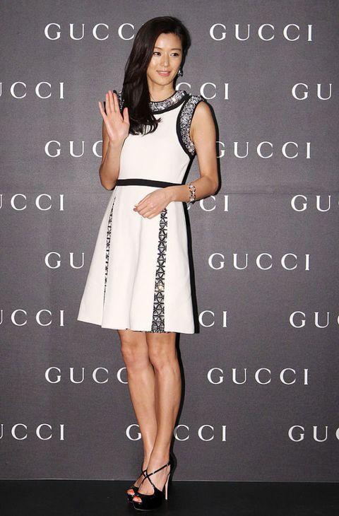 "<p>Gucci的小洋裝簡約卻不失貴氣,領口與袖口的鑽飾透露出優雅奢華,裙摺間的印花則讓白色裙身不會過於單調,從頭到腳呈現平衡的精緻典雅。<span class=""redactor-invisible-space""></span></p>"
