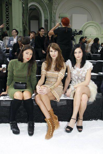 <p><span>作為時尚界寵愛的混音樂團一員,眾多大品牌如Chanel, Calvin Klein, 和Jeremy Scott等,都曾邀請制作秀場的背影音樂。Leigh除了以DJ身份出席時裝週,有著超廣人脈的她更不用說是秀場上的座席嘉賓,另外也是老佛爺Karl Lagerfeld的欽點女孩,人氣超高。</span></p><p>          </p>    <p>與Jen Brill (左)和Caroline Sieber (中)一同出席Chanel 2011年春夏時裝秀,知性、優雅、個性,並排一起坐,畫面集聚各種魅力風格。</p>