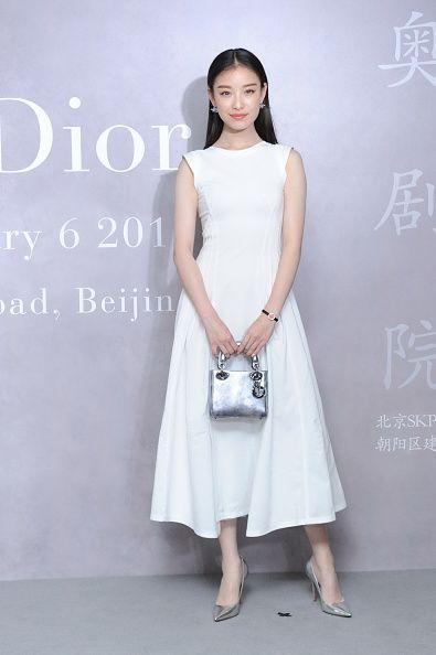 <p><span>純白色Dior洋裝在她身上寫下內斂優雅註解,銀色手提包與高跟鞋相互呼應,清爽的妝髮襯出最純粹的自然氣質。</span></p>