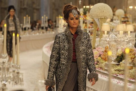 "<p>2011年十二月,雖然當時已經47歲的她,仍受邀為Chanel 2011/12 Pre-Fall走秀,再度為品牌展現優雅、獨立但女人味十足的形象。  <span class=""redactor-invisible-space""></span></p>"