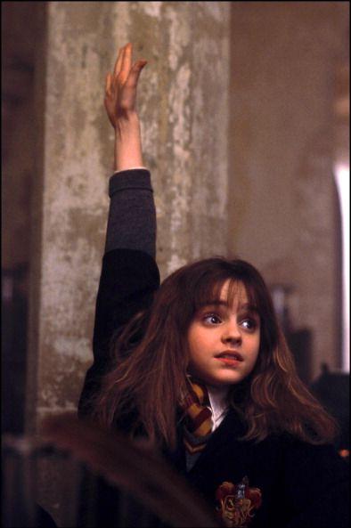"<p>澎亂的捲髮下有著一張別緻的小臉,配上一雙炯炯有神的大眼與櫻桃小嘴,還有不論何時都舉手發言的葛來分多學霸,這就是大家回憶裡永遠的妙麗。當第一部《哈利波特-神秘的魔法石》上映時,Emma才僅僅9歲,卻以讓人驚艷的演技實力震撼全球影迷<span class=""redactor-invisible-space"" data-verified=""redactor"" data-redactor-tag=""span"" data-redactor-class=""redactor-invisible-space"">。</span></p>"