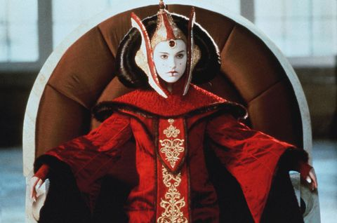 "<p>在《終極追殺令》的超齡表現,讓大眾對這位演藝新星刮目相看,之後娜塔莉波曼於《星際大戰首部曲:威脅潛伏》飾演佩咪艾米達拉(Padmé Amidala)一角,以扇形盤髮和經典的一點紅妝容,堪稱是歷史上令人記憶深刻的角色之一。同時,娜塔莉波曼也正因為這部電影,而成為家喻戶曉的人物。<span class=""redactor-invisible-space""></span></p>"