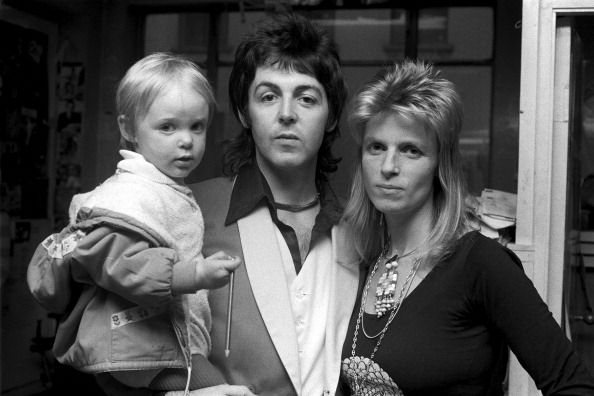 <p>          </p><p>生於明星家庭的Stella,父親是紅遍全球的披頭四樂團前成員Paul McCartney,母親是英國著名的攝影師兼動物保育家Linda McCartney,如此顯目的家世背景,讓她從小開始就不免成為許多人眼中關注的焦點,但她不因此懈怠,反而靠自己的實力贏得喝采與認可。</p>    <p><span>(圖)年幼時的Stella, 與父親Paul McCartney和母親Linda McCartney。</span></p>