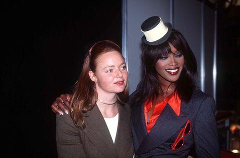<p><span>大學時進入設計名校倫敦聖馬丁學院就讀,在1995年畢業展發表那天,當時的兩位超模Naomi Campbell與Kate Moss都免費為Stella走秀,瞬間打響她在時尚圈的知名度。</span></p><p>          </p>    <p>(圖)Naomi Campbell身穿Stella設計的俏皮又摩登的服飾。</p>